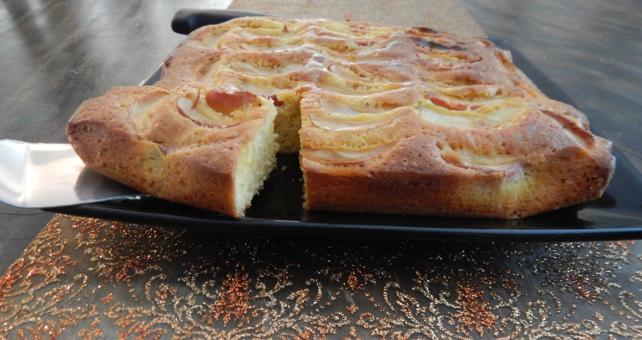 Apple cake squares with honey